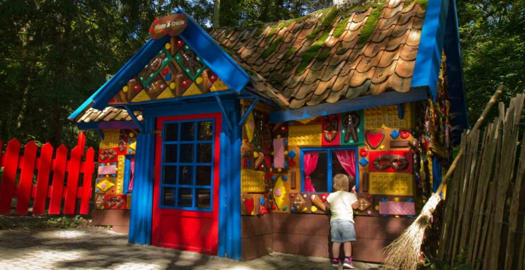 Ken je deze authentieke sprookjesparadijzen al? Tuur bijvoorbeeld naar binnen bij het snoephuisje in het Sprookjesbos. Foto: Sprookjesbos Valkenburg © Erwin Bon.