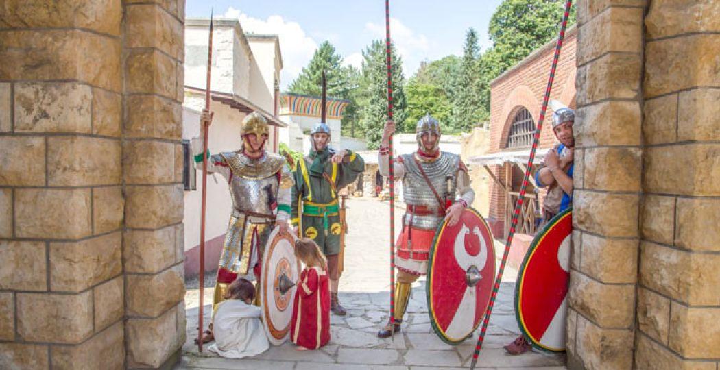 Romeinen houden de wacht onder de poort tijdens het Laat-Romeins Festival. Foto: Museumpark Orientalis.