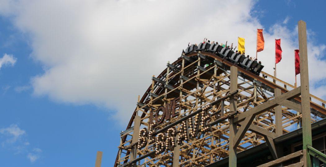 Be brave! Er wachten uitdagende achtbanen en attracties op je, zoals deze coaster in Walibi Holland. Foto: DagjeWeg.NL.