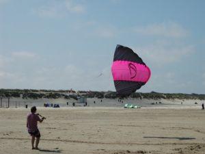 Kun jij vliegeren met zo'n grote vlieger? Foto: Milan van der Meer.