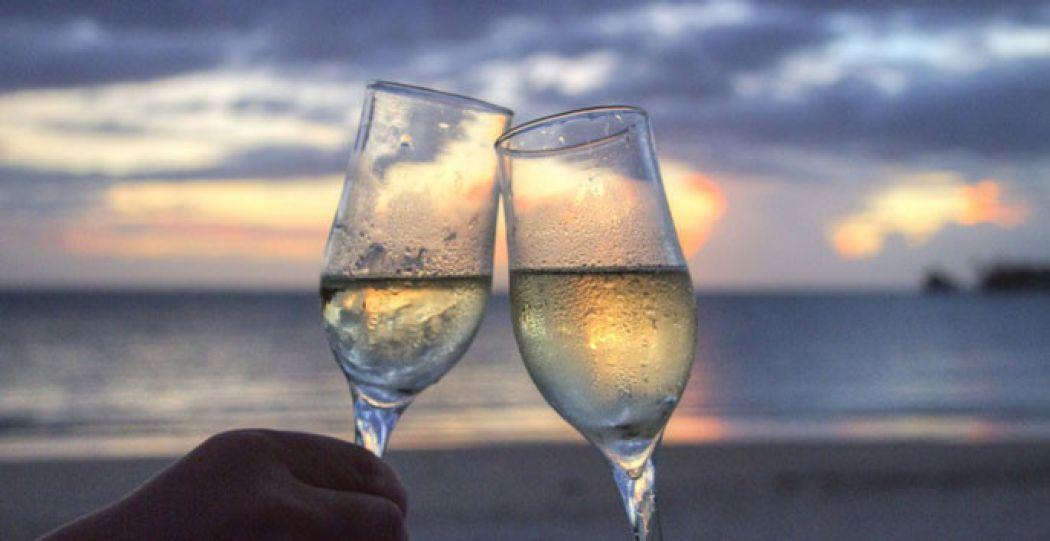 Een verkoelend drankje op het strand, lekker! Foto: Pexels.com