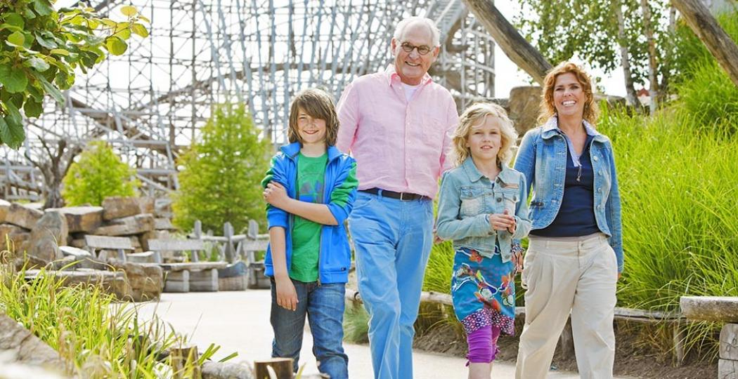 Met het hele gezin gezellig een dagje naar een pretpark, zoals Toverland in Limburg. Foto: Attractiepark Toverland.