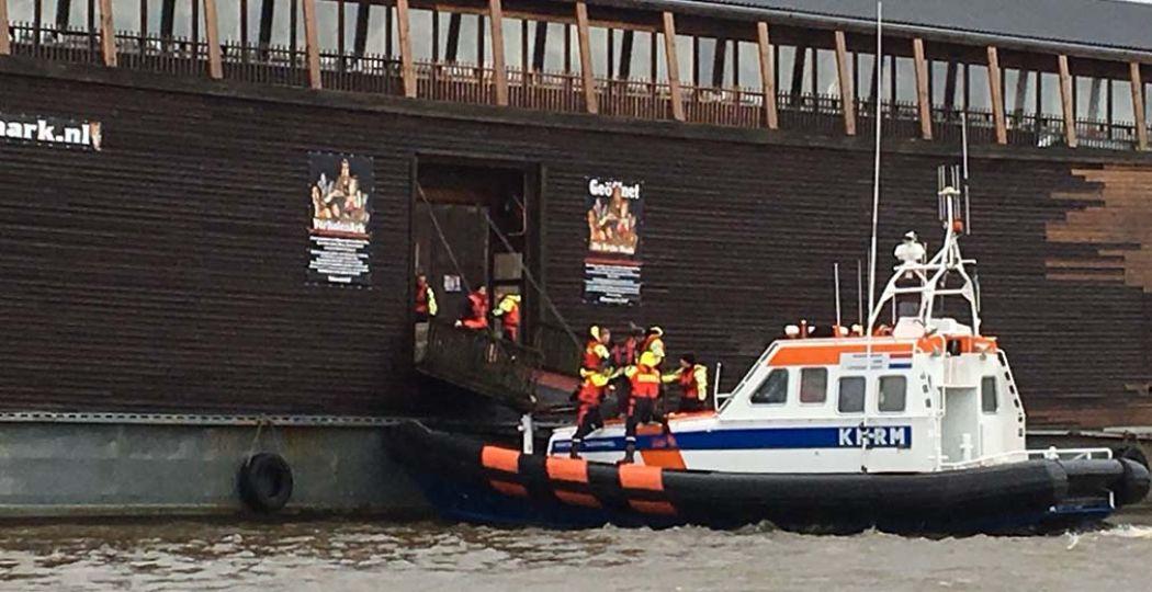 De KNRM haalt bezoekers van de VerhalenArk, die op Urk op drift is geraakt. Foto: Marjan van Ens,  Twitter .