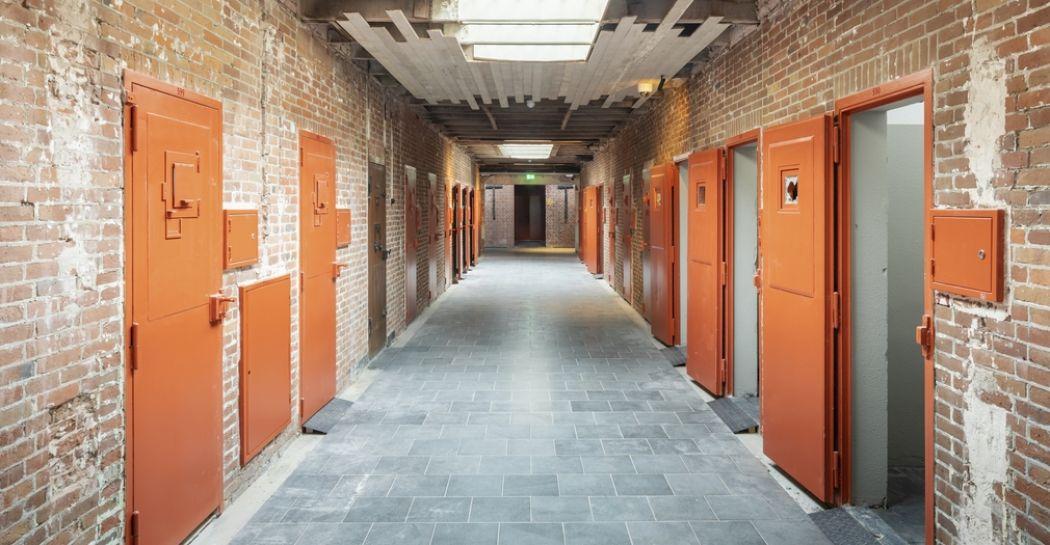 De beruchte nazi-gevangenis Oranjehotel in Scheveningen is gerestaureerd en nu een indrukwekkend herinneringscentrum. Hier voel je hoe kwetsbaar vrijheid is. Bijgesneden voor DagjeWeg.NL. Foto: Nationaal Monument Oranjehotel © Arjan de Jager