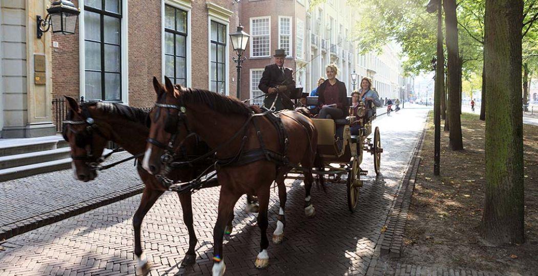 Tot en met 15 september kun je in het Gouden Koetsje door Den Haag rijden. Foto: The Hague Marketing Bureau © Arjan de Jager.