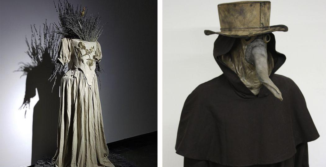Links: Plague Dress van Anna Dumitriu ism National Collection of Type Cultures. Rechts: Kleding van een zeventiende-eeuwse pestdokter. Replica Rijksmuseum Boerhaave. Foto: Rijksmuseum Boerhaave