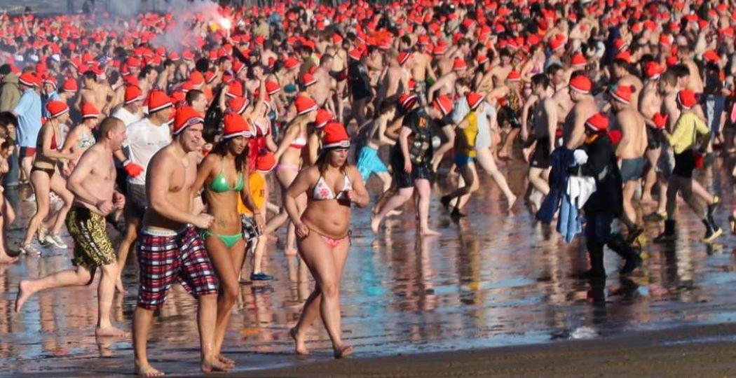 Nieuwjaarsduik Scheveningen. Foto: 'Nieuwjaarsduik Scheveningen 2010'. Fotograaf:  afritze . Licentie:  Sommige rechten voorbehouden . Bron:  Flickr.com