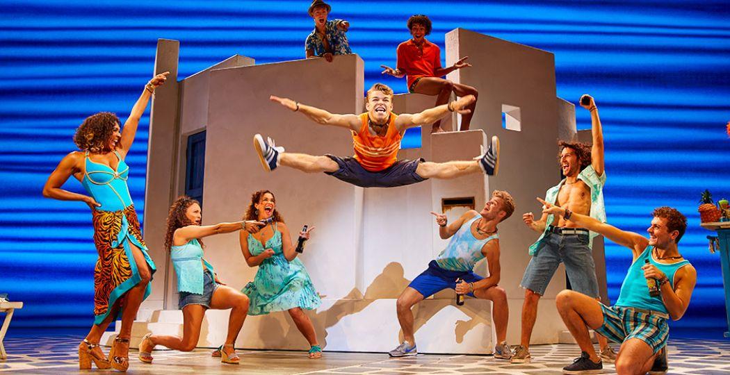 MAMMA MIA! de musical is een aanstekelijk feest vol hartverwarmende momenten en spetterende choreografie. Foto: Stage Entertainment Nederland © Brinkhoff / Mögenburg.