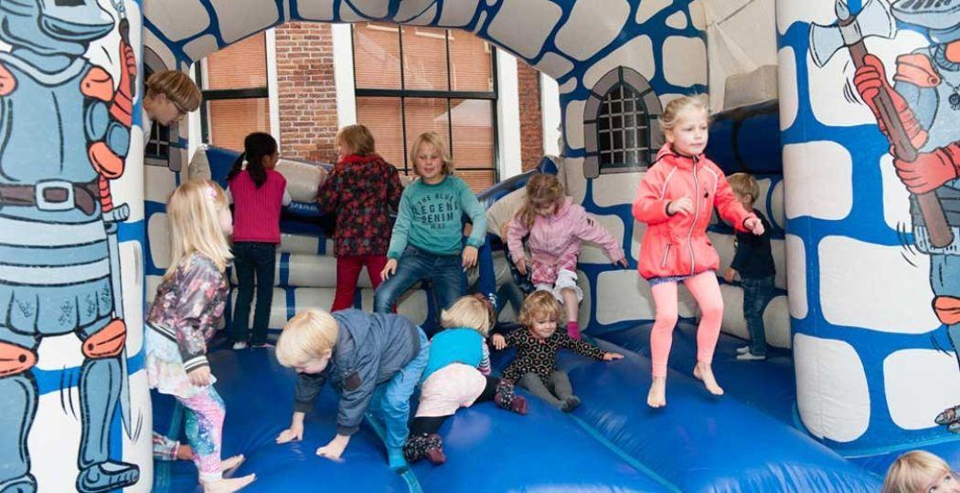 De kids springen vrolijk rond op het springkussen op het Kinderplein. Foto: Hans van den Berg.