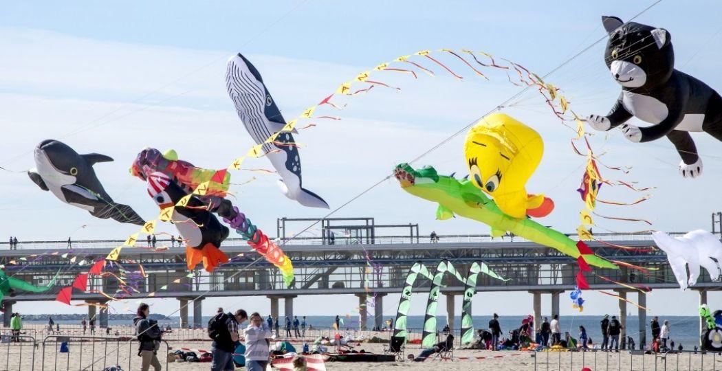 Een kleurrijk spektakel siert de Pier in Scheveningen. Foto: Vliegerfeest Scheveningen © Cees Castricus.