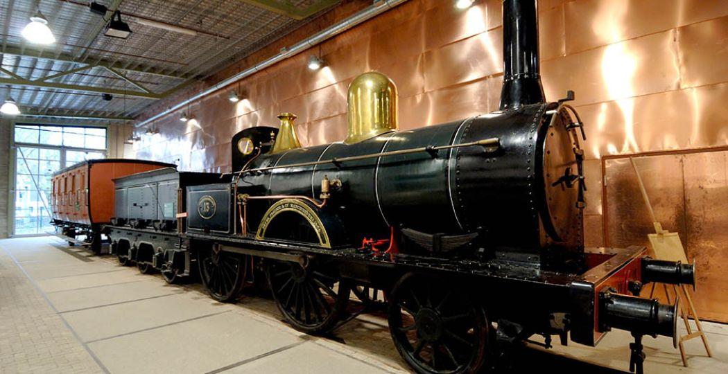 De SS13, de oudste bewaarde stoomlocomotief van Nederland (1864). Ook wel bekend als 'De Bril'. Foto: Spoorwegmuseum.