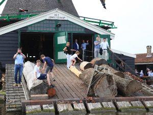 Langs de kant zie je typisch Zaanse houten huisjes. Foto: Windmill Cruises