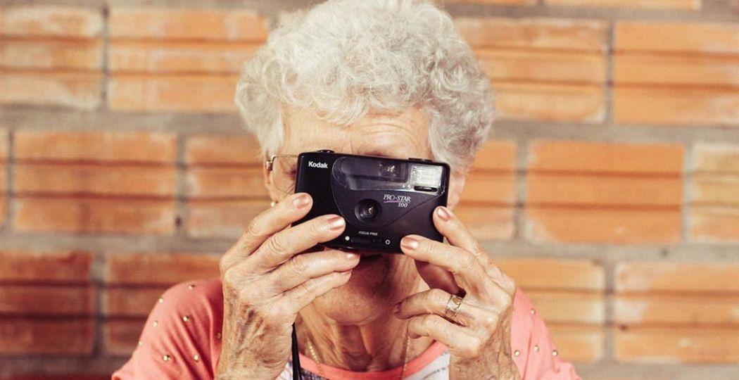 Neem opa of oma een dagje mee uit! Niet vergeten foto's te maken! Foto:  Pexels.com ,  CC0 License .