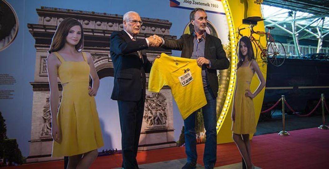 Jan Janssen overhandigt zijn eigen gele trui aan het Spoorwegmuseum. Foto: Spoorwegmuseum