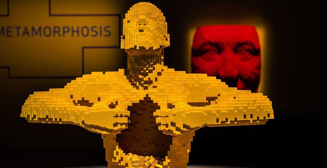 Publiekstrekker van de expositie: 'Yellow', gemaakt van 11.014 LEGO steentjes. Op de achtergrond het al even indrukwekkende 'Face Mask - Red' , bestaand uit 10.770 steentjes. Foto: The Art of the Brick