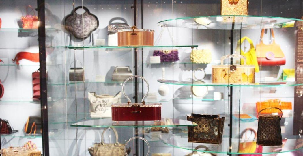 Overzicht van de plastic tassen collectie in Tassenmuseum Hendrikje. Foto: Redactie DagjeWeg.NL