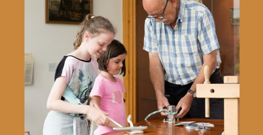 Kinderen tot en met twaalf jaar mogen gratis naar een Fries museum of een ander deelnemend Fries uitje als ze hun pake of beppe meenemen. Een andere volwassene meenemen mag ook. Foto: Fries Scheepvaart Museum