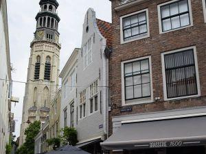 Unieke locatie: vlakbij de Lange Jan. Foto: Redactie DagjeWeg.NL