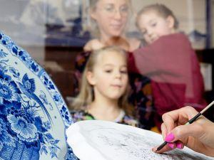 Zie hoe het aardewerk beschilderd wordt. Foto: Royal Delft Experience