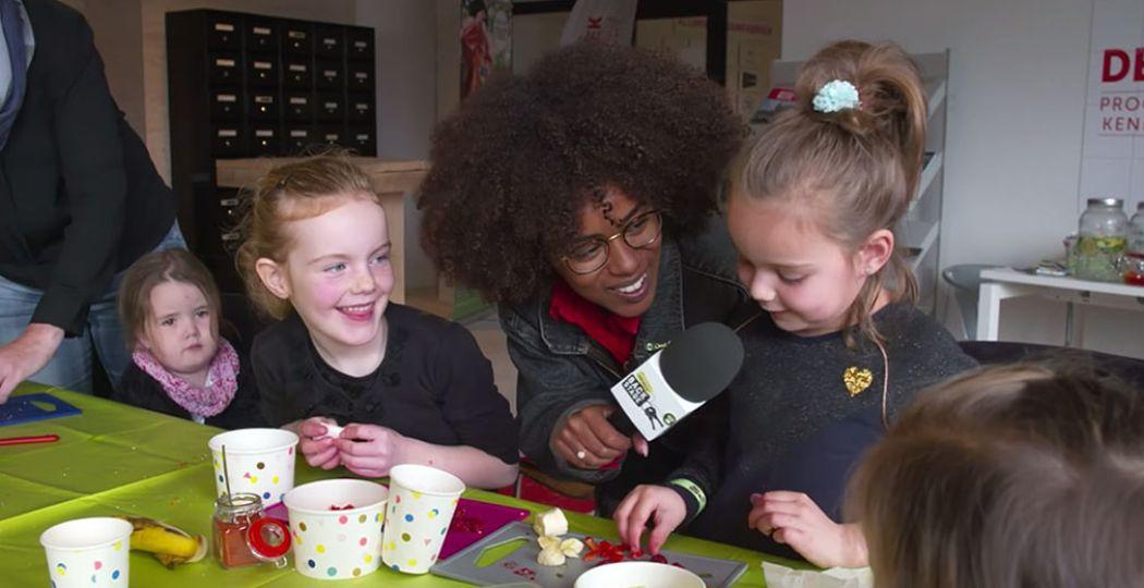 Eva van Het Klokhuis interviewt kinderen over wat ze maken. Foto: Het Klokhuis