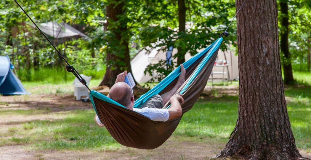 Het ultieme kamperen met alleen het allernoodzakelijkste: hangmatkamperen! Hier op een hangmatplek van Kriemelberg Bushcamp. En als het regent? Dan span je een zeiltje boven je hangmat. Foto: Kriemelberg Bushcamp