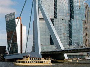 Geniet van Rotterdams imposante skyline.