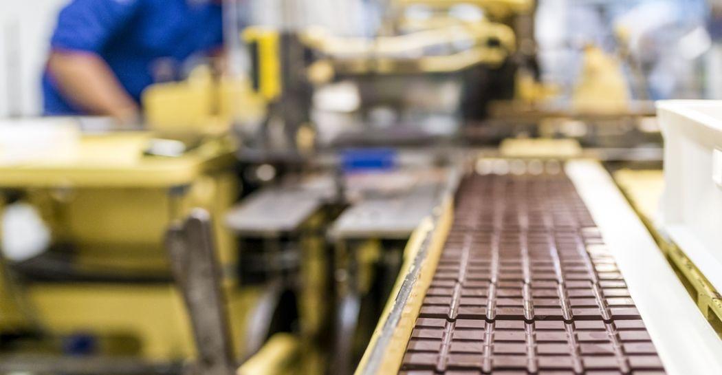 Zie inpakmachine 'Tante Agatha' uit 1928 aan het werk tijdens een rondleiding door de chocoladefabriek van Chocolatemakers. Foto: Chocolatemakers © Jitske Schols