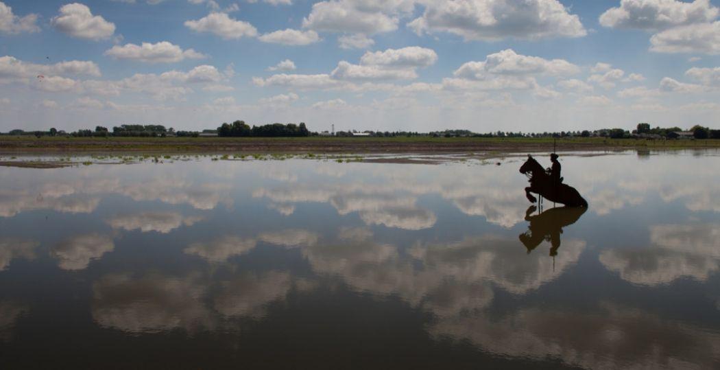Polder Blokhoven bij Schalkwijk werd ooit onder water gezet om Nederland te verdedigen. Nu is het een waterbergingsgebied, waar een beeld de herinnering terugroept aan de oude functie in de Hollandse Waterlinie. Foto: Desiree Meulemans