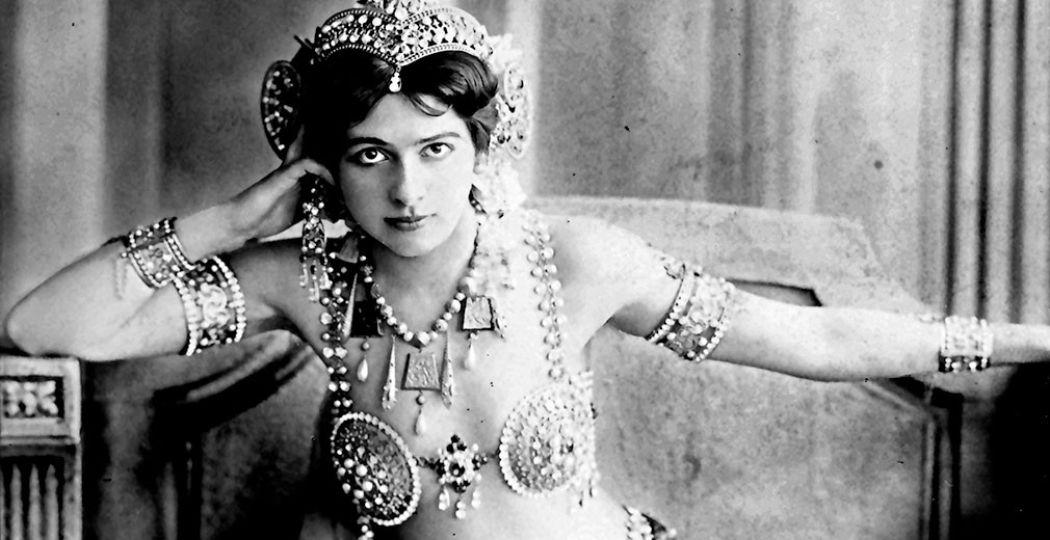 Foto: Fries Museum © Portret van Mata Hari door fotostudio Reutlinger te Parijs (detail), Bibliothèque nationale de France.