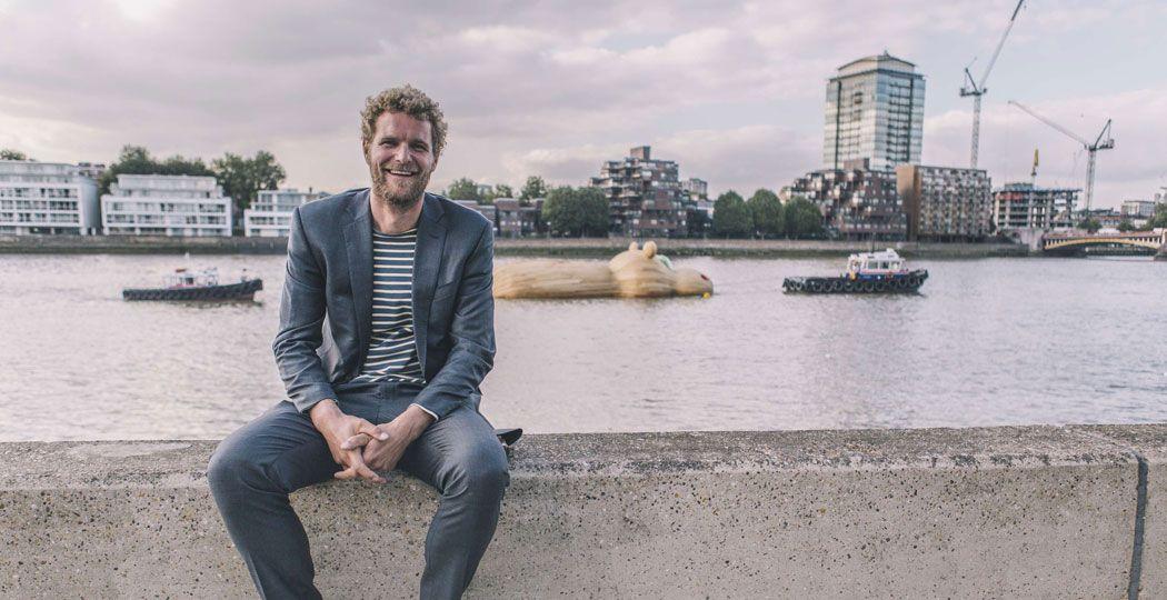Kunstenaar Florentijn Hofman aan de Thames in London voor zijn kunstwerk Hippothames. Foto: Studio Florentijn Hofman © Steven Stills