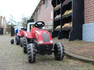 Achter de vruchtbomen ligt de oude stolpboerderij. Foto: DagjeWeg.NL