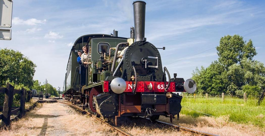 Rijd in augustus mee in de oudste nog rijdende locomotief van Nederland. Foto: Museumstoomtram Hoorn-Medemblik.