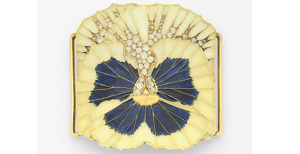 Het sieraad gemaakt door René Lalique, dat sinds kort eigendom is van Museum Lalique. Plaque de Cou | PENSÉE (viooltje) | c.1898 | Goud | Diamanten |Plique-a-jour (venster-email). Foto: Museum Lalique © Linda Roelfszema
