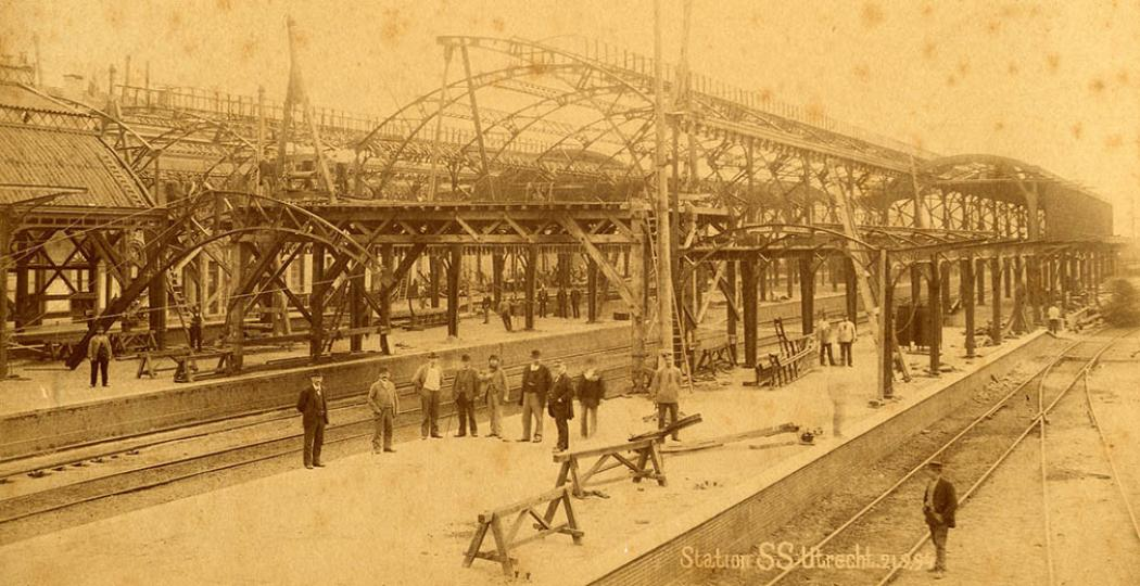Trotse mannen staan klaar voor de foto van de bouw van de perronkap, in 1894. Bron: Het Spoorwegmuseum.