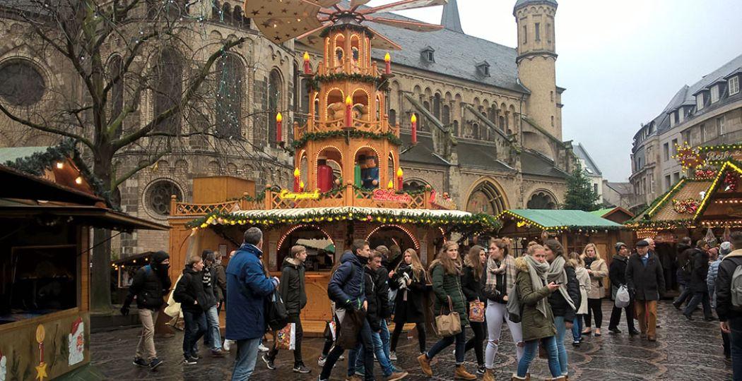 Ook overdag is het gezellig op de kerstmarkt in Bonn. Maar de fraaie gevelverlichtingen zie je toch het beste 's avonds. Foto: DagjeWeg.NL