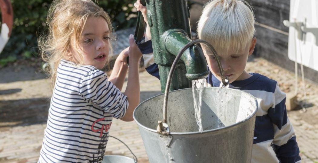 Kinderen gaan lekker zelf aan de slag. Foto: Nederlands Openluchtmuseum