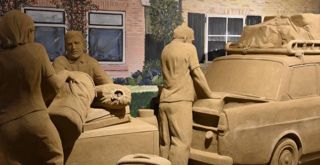 Op vakantie in eigen land met de DAF. Foto: De Beeldentuin / 't Veluws Zandsculpturenfestijn