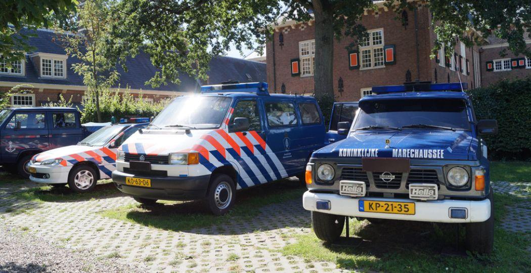 Buiten staan verschillende voertuigen van de Koninklijke Marechaussee. Foto: DagjeWeg.NL / Grytsje Anna Pietersma
