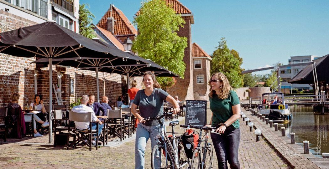 Misschien wel de mooiste plek in Leerdam: de Zuidwal met de vierkante muizentorentjes. Foto: Leerdam glasstad © Maurice Giltjes