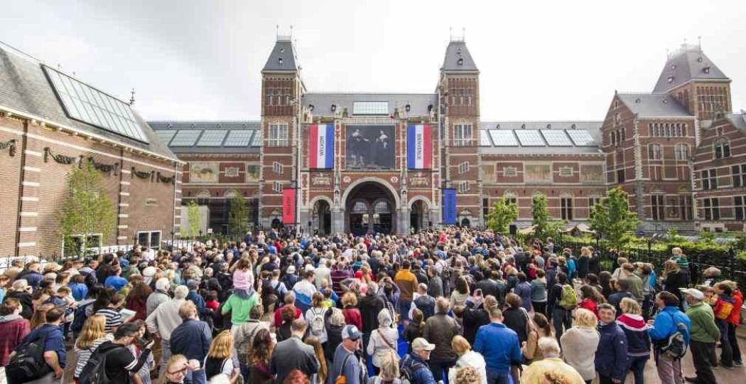 Nederland loopt uit om Marten en Oopjen welkom te heten in het museum. Copyright: Rijksmuseum, foto: Sander Stoepker