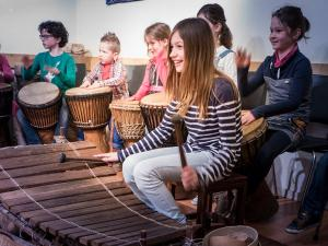 Dansen op Afrikaanse muziek. Foto: Afrika Museum.
