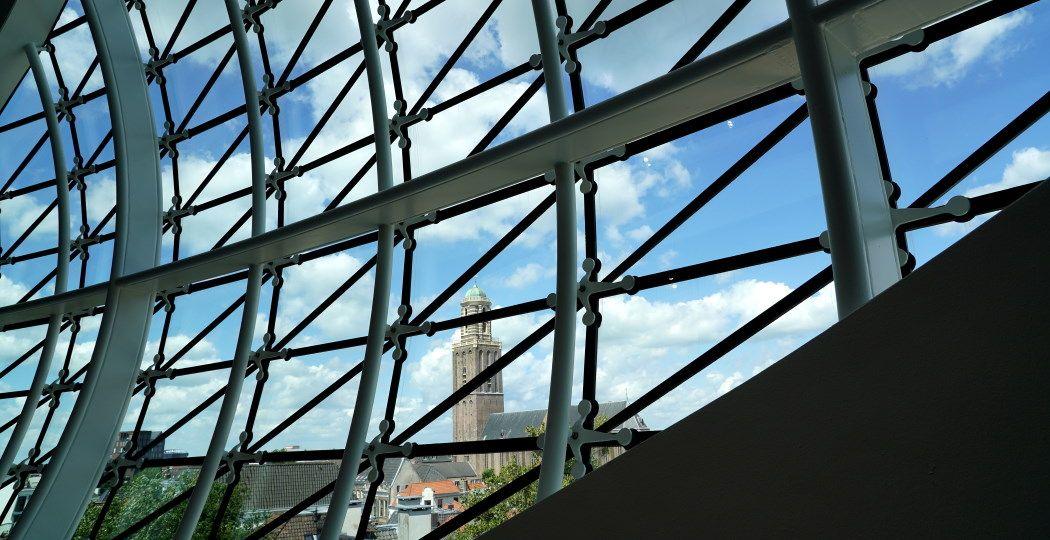 De Peperbus is niet te missen, al helemaal niet vanaf de bovenste verdieping van Museum de Fundatie. Foto: André Löwenthal