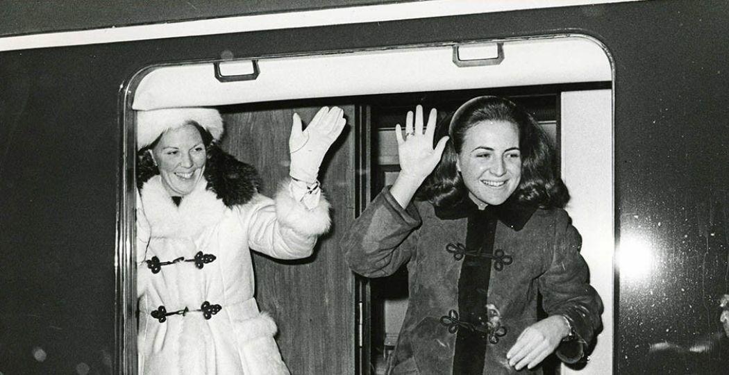Prinses Beatrix en prinses Margriet vertrekken in de koninklijke trein na een wintersportvakantie in Lech, 1968. Foto: Collectie Spoorwegmuseum.