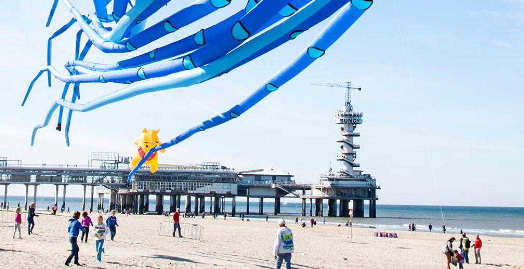 De pier van Scheveningen is het decor voor de vliegershows. Foto: Vliegerfestival Scheveningen.