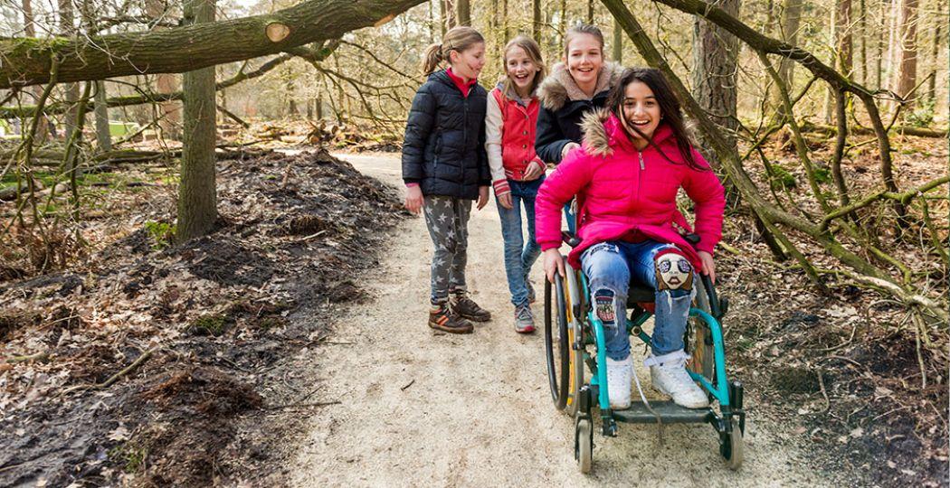 Veel OERRR natuurspeeltuinen van Natuurmonumenten zijn toegankelijk voor álle kinderen, ook kinderen met een beperking. Foto: Natuurmonumenten © Rene Koster