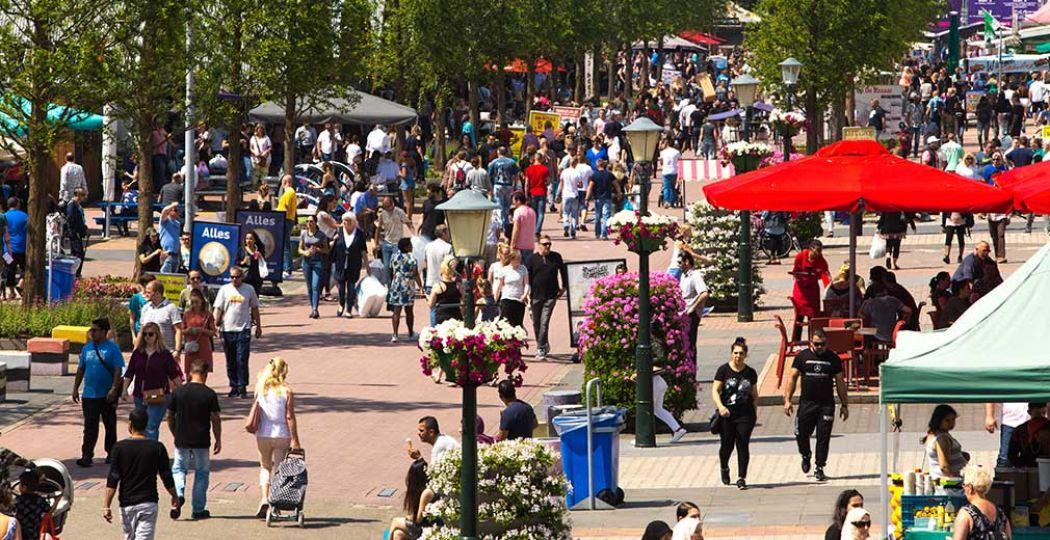 Flaneer over de boulevard op De Bazaar. Foto: De Bazaar Beverwijk.
