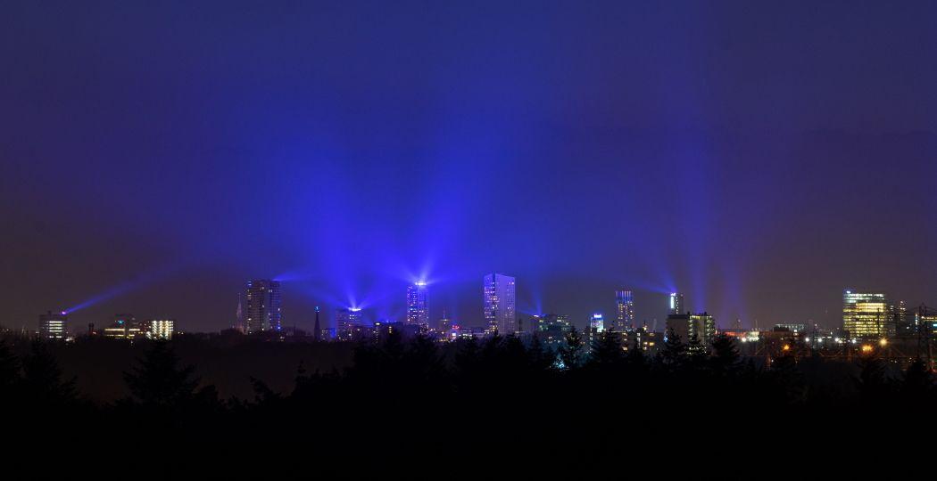 Tijdens GLOW 2020 kleurde de Eindhovense hemel blauw. Dit jaar geen evenement in de stad, maar wel het grootste lichtkunstwerk ter wereld. Foto: Mitchell van Eijk © GLOW