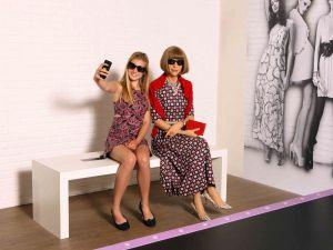 Schouder aan schouder met Anna Wintour. Foto: Madame Tussauds.