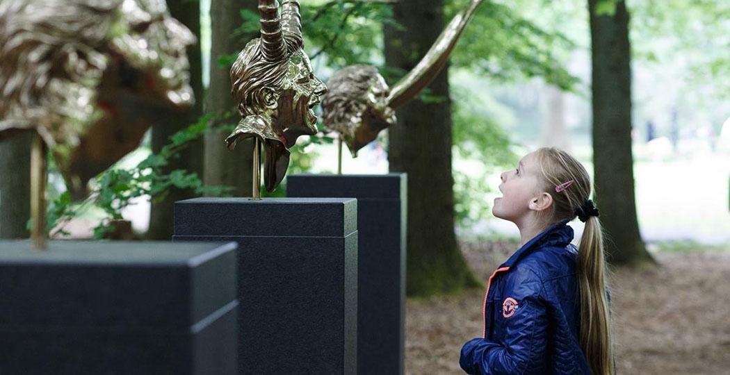 Ontdek verrassende beelden in de beeldentuin van het Kröller-Müller Museum. Zoals deze Hoofdstukken van Jan Fabre. Foto: Kröller-Müller Museum © Wieneke Hofland