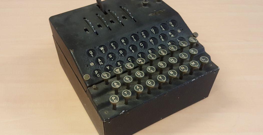Enigma's, zeker van het type G, zijn zeldzaam. Er zijn er maar enkele tientallen bewaard gebleven en voor het publiek zijn er slechts vier te zien, waarvan eentje nu in Oorlogsmuseum Overloon. Foto: Oorlogsmuseum Overloon.